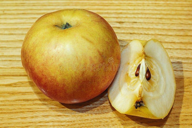 Verse, natuurlijke appelen Geheel en besnoeiingsappel stock foto's
