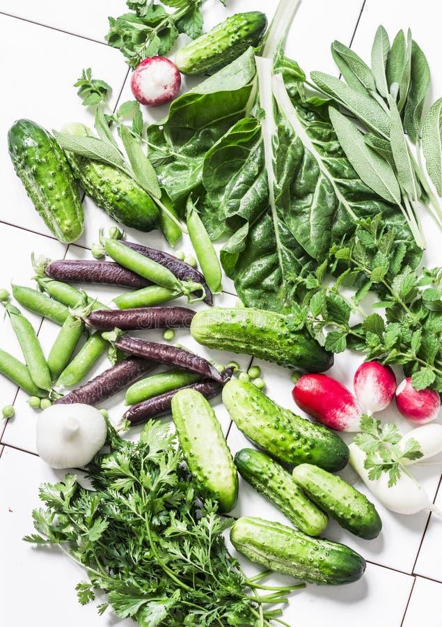 Verse natuurlijke biologische producten - groenten, kruiden op een lichte achtergrond, hoogste mening Vlak leg Komkommers, erwten stock foto