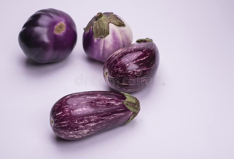 Verse natuurlijke rijpe die aubergines op een witte achtergrond worden geïsoleerd royalty-vrije stock foto