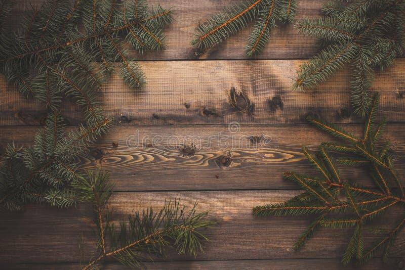 Verse nette takjes Houten grijze lijst van planken waarop de nette takjes worden opgemaakt De achtergrond van de de winterkaart stock foto