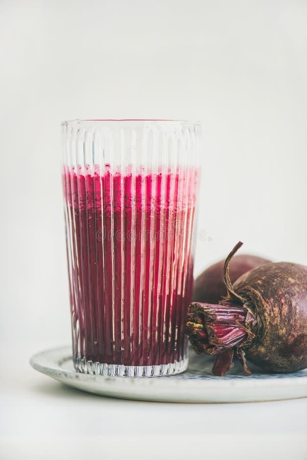 Verse ochtend detox bieten smoothie in glas, witte achtergrond royalty-vrije stock fotografie