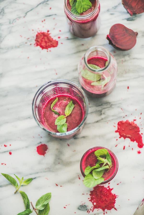 Verse ochtendbieten smoothie in glazen over grijze marmeren achtergrond stock afbeelding