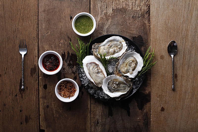 Verse oestersschotel met saus en bijgerecht royalty-vrije stock afbeelding