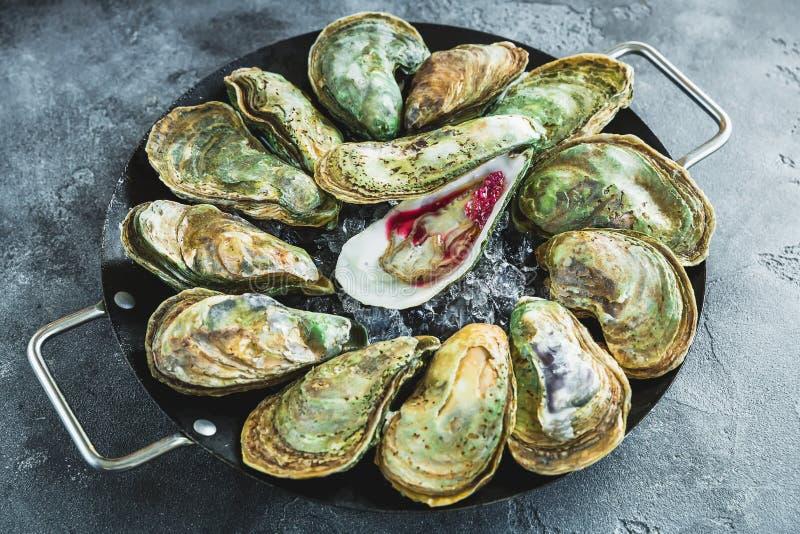 Verse oestersschotel met saus en ijs royalty-vrije stock foto's