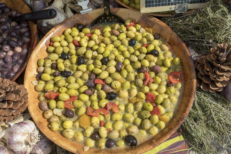 Verse olijven bij de markt stock afbeelding