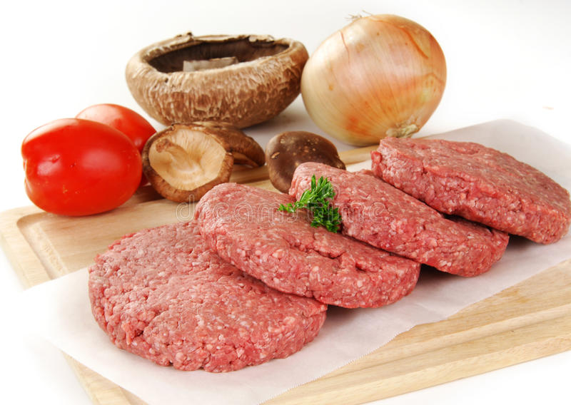 Verse ongekookte hamburgerpasteitjes royalty-vrije stock foto's