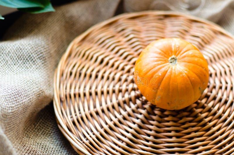 Verse oranje beatyful weinig pompoen stock afbeeldingen