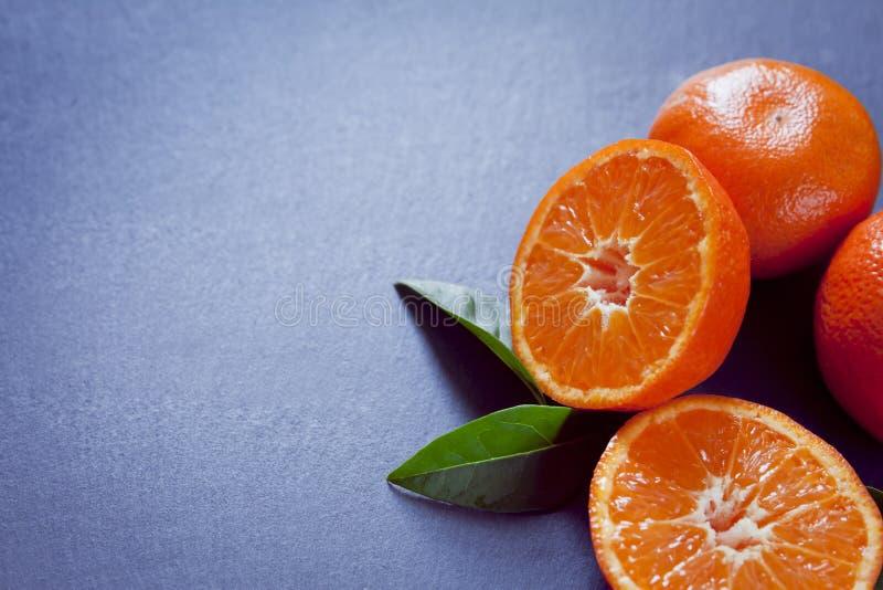 Verse oranje mandarine Satsuma-mandarijn en mandarijn op de grijze achtergrond - kopieer ruimte royalty-vrije stock afbeelding