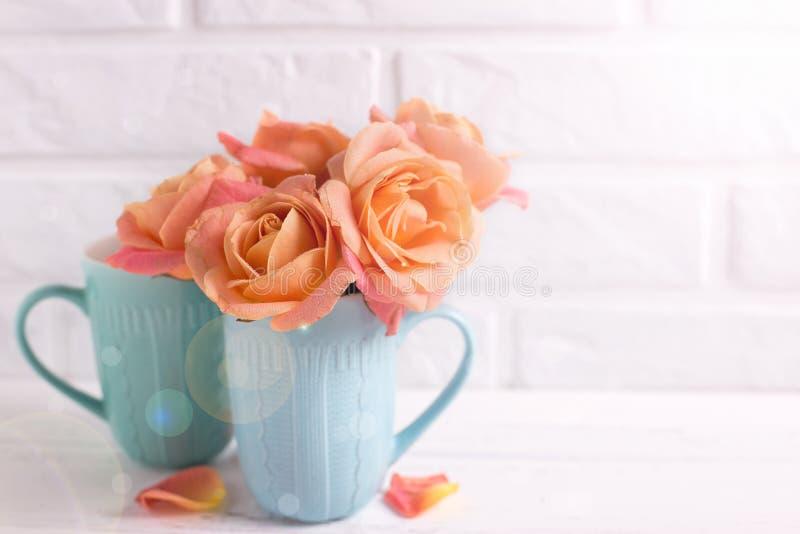 Verse oranje rozen in blauwe koppen royalty-vrije stock fotografie