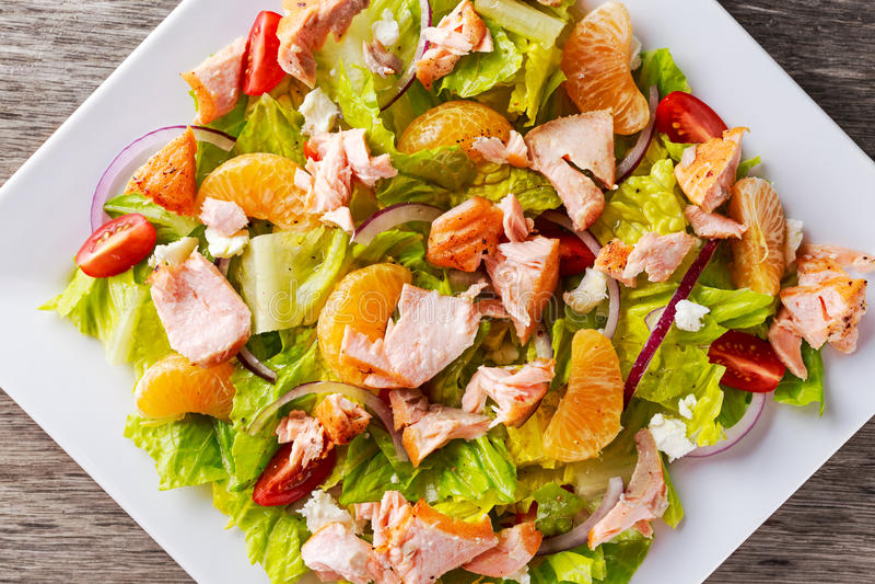 Verse Oranje Zalmsalade met honing, tomaten, ui, mandarin Gezond stock foto's