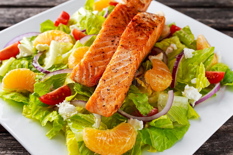 Verse Oranje Zalmsalade met honing, tomaten, ui, mandarin Gezond voedselconcept royalty-vrije stock foto