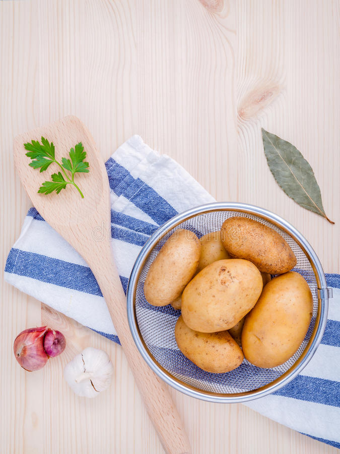 Verse organische aardappels in mand met kruidenknoflook, sjalot, pari royalty-vrije stock afbeeldingen