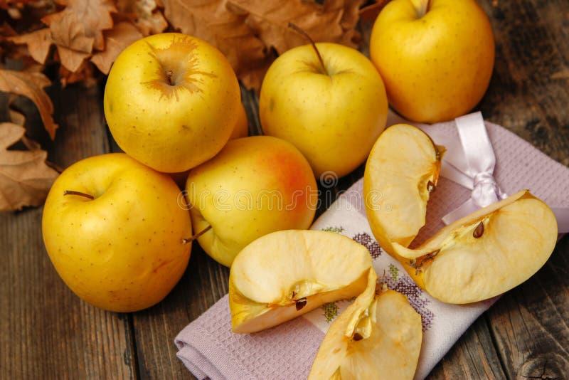 Verse organische appelen op rustieke houten lijst stock foto