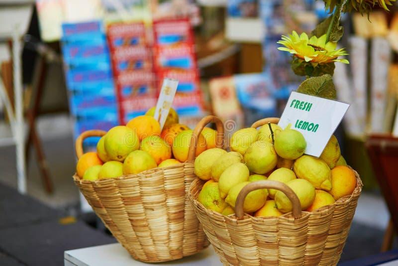 Verse organische citroenen voor verkoop op landbouwersmarkt stock fotografie
