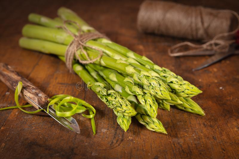 Verse organische groene asperge stock fotografie