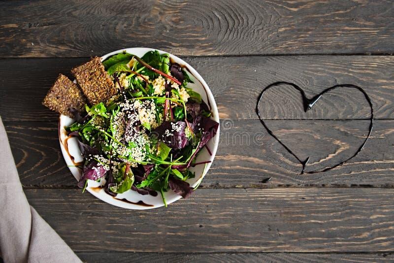 Verse organische groene quinoa saladekom op donkere houten achtergrond stock afbeeldingen