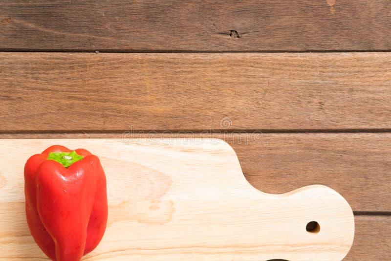 Verse organische groente een rode groene paprika bij het hakken van blok royalty-vrije stock foto's