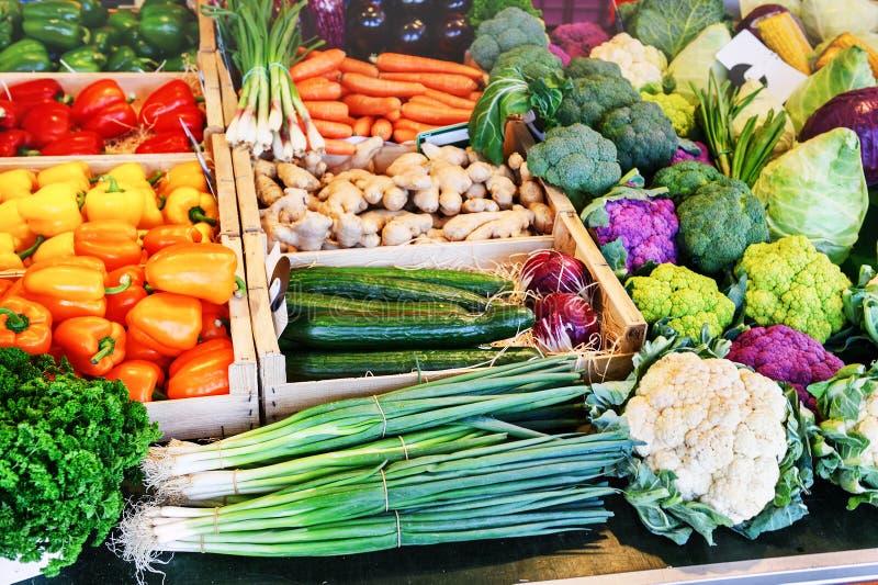 Verse organische groenten bij lokale landbouwersmarkt royalty-vrije stock foto