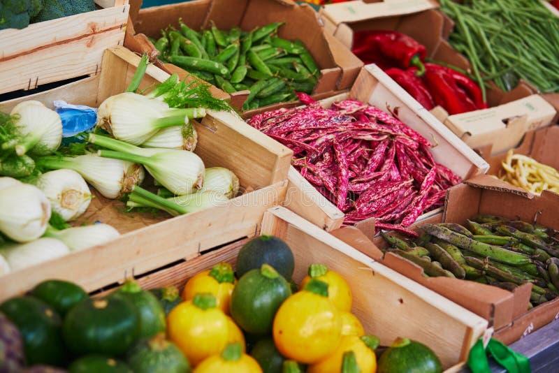 Verse organische groenten en vruchten op landbouwersmarkt in Parijs, Frankrijk stock afbeeldingen