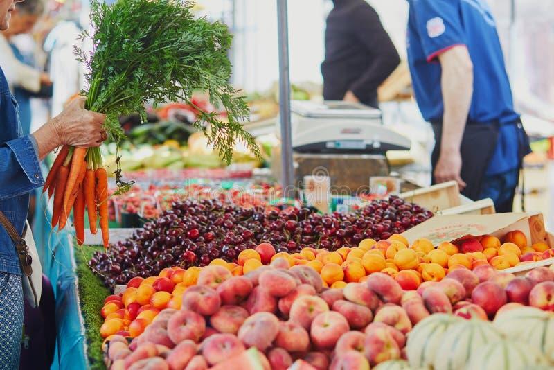 Verse organische groenten en vruchten op landbouwersmarkt in Parijs, Frankrijk royalty-vrije stock foto