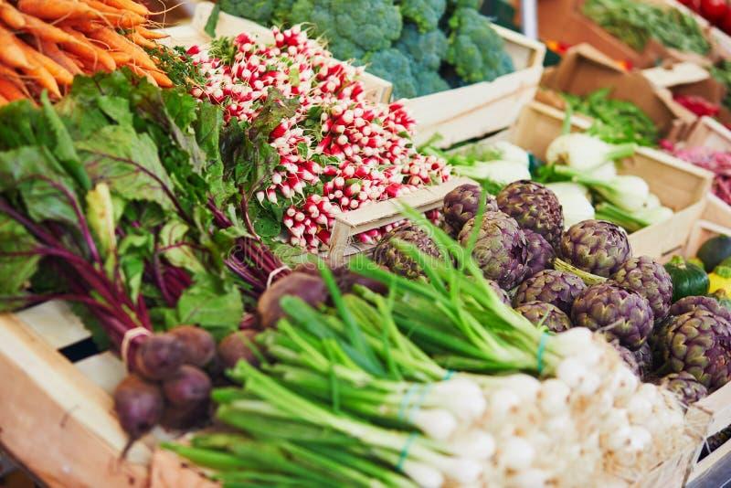 Verse organische groenten en vruchten op landbouwersmarkt in Parijs, Frankrijk stock fotografie