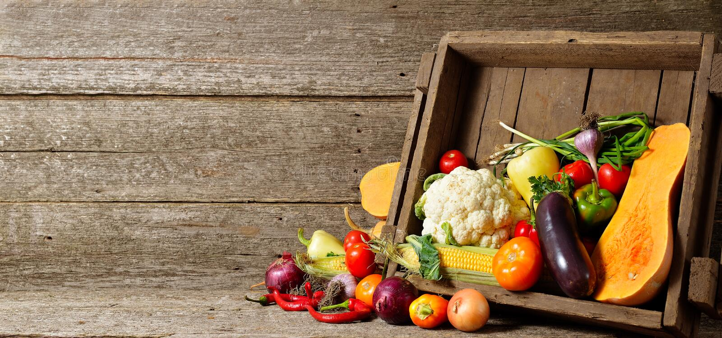 Verse organische groenten in houten kratten op houten vloer met exemplaarruimte conceptengroenten vers van het landbouwbedrijf royalty-vrije stock foto