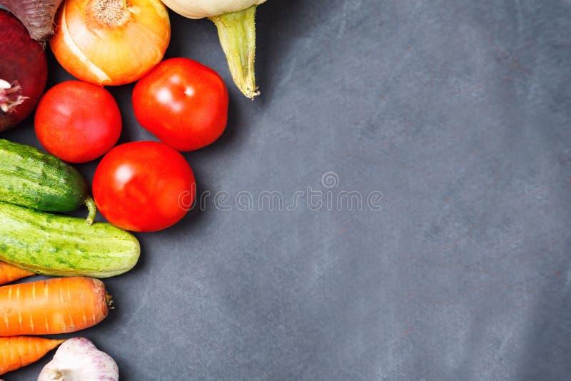 Verse organische groenten op donkere achtergrond Lege ruimte royalty-vrije stock afbeelding