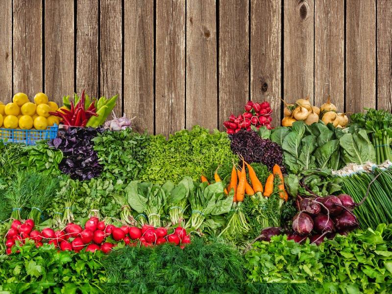 Verse organische groenten op houten muurachtergrond royalty-vrije stock afbeelding