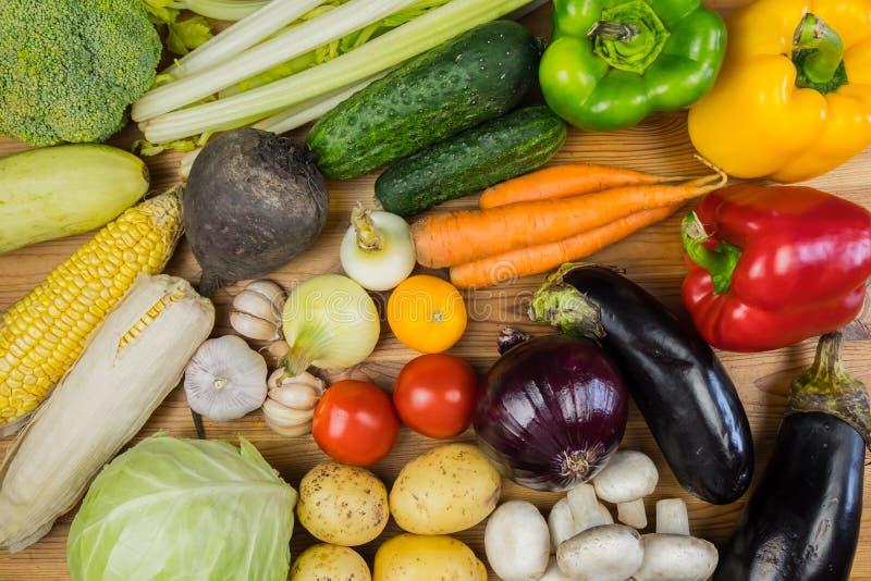 Verse organische groenten op rustieke houten lijst, hoogste mening vlak La royalty-vrije stock afbeeldingen