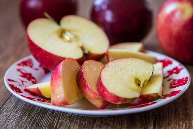 Verse organische grote rode appelen stock fotografie