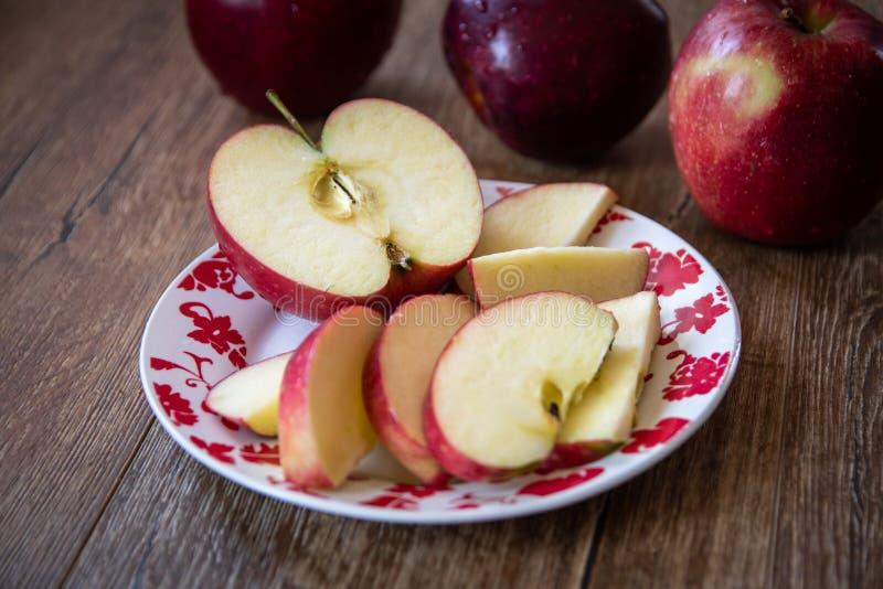 Verse organische grote rode appelen royalty-vrije stock afbeeldingen