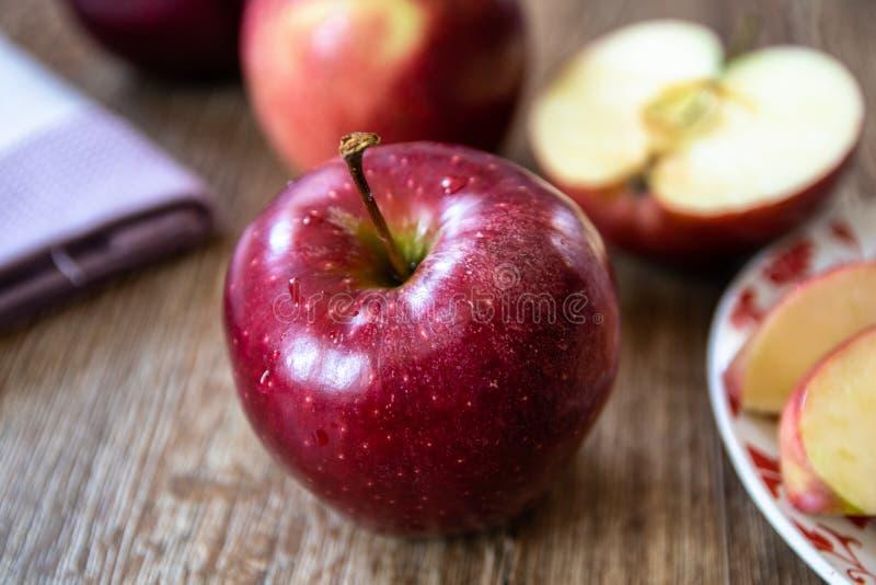 Verse organische grote rode appelen stock afbeeldingen
