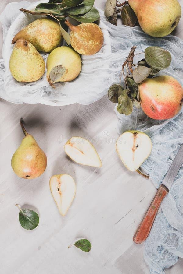 Verse Organische Peren De achtergrond van het fruit De oogst van de perenherfst stock foto's