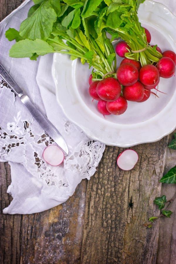Verse organische rode radijzen royalty-vrije stock foto's