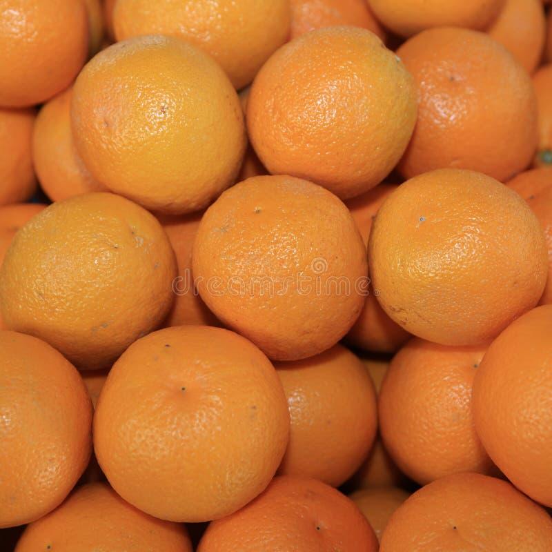 Verse organische Sinaasappelen op Landbouwersmarkt stock foto