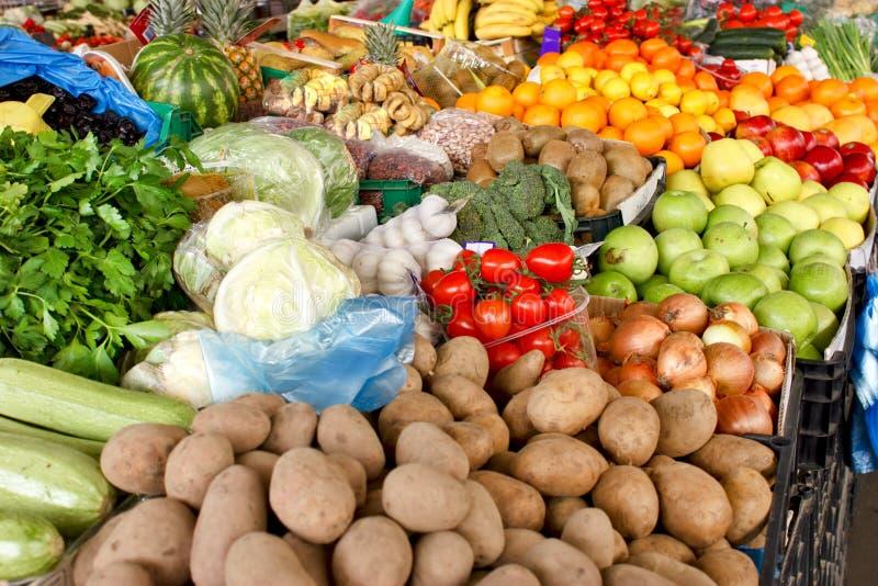 Verse organische vruchten en groenten op landbouwersmarkt royalty-vrije stock afbeelding