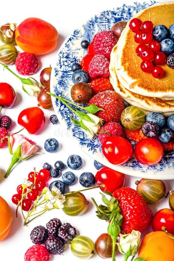 Verse pannekoeken met vruchten royalty-vrije stock afbeelding