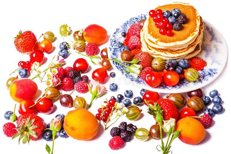 Verse pannekoeken met vruchten stock afbeeldingen