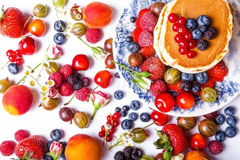 Verse pannekoeken met vruchten stock foto's