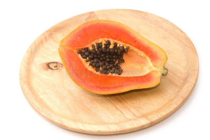 Verse papaja op houten dienblad stock foto's