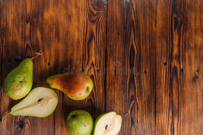 Verse peren op de houten achtergrond royalty-vrije stock fotografie
