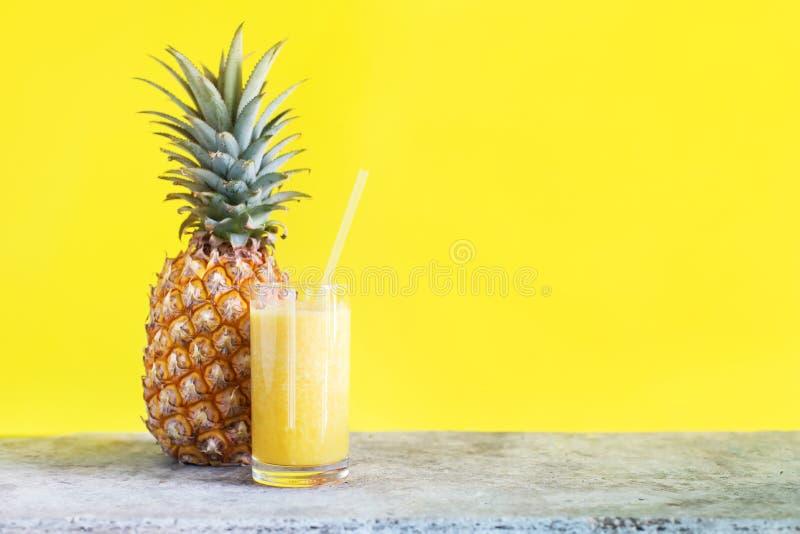 Verse Pijnboom Apple Juice Smoothie Glass met Stro stock afbeeldingen