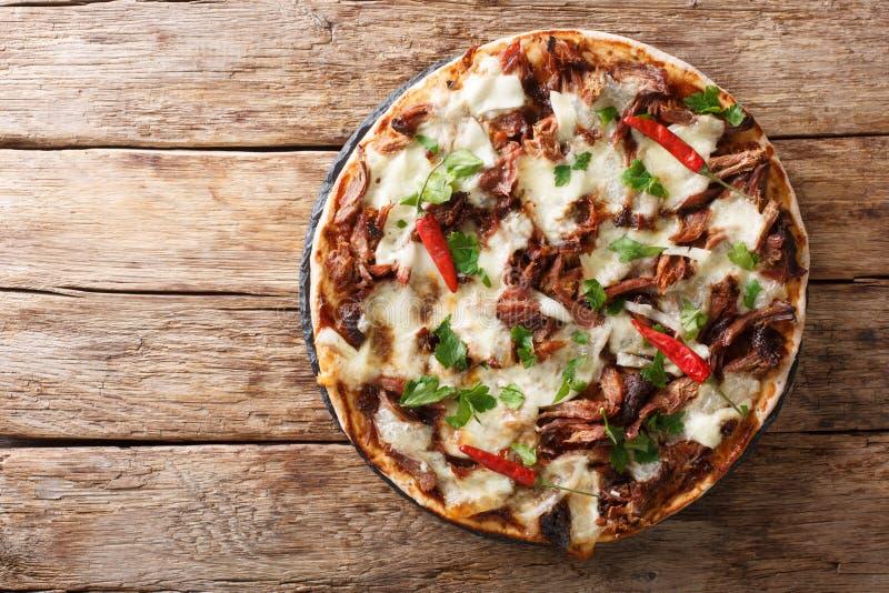 Verse pizza met getrokken varkensvlees, mozarellakaas, Spaanse pepers en het close-up van de barbecuesaus horizontale hoogste men stock foto's