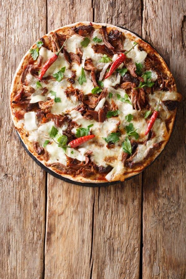Verse pizza met getrokken varkensvlees, mozarellakaas, Spaanse pepers en het close-up van de barbecuesaus Verticale hoogste menin royalty-vrije stock fotografie