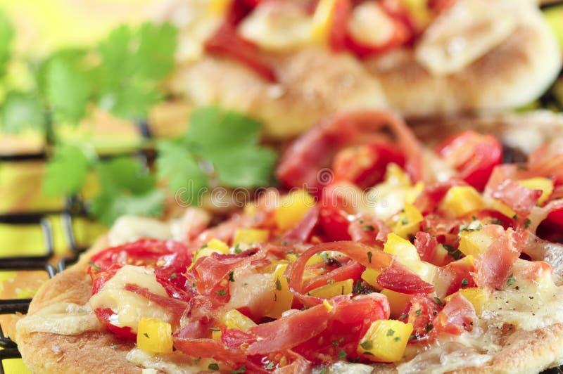 Verse pizza met ham, kaastomaat en groenten royalty-vrije stock afbeelding