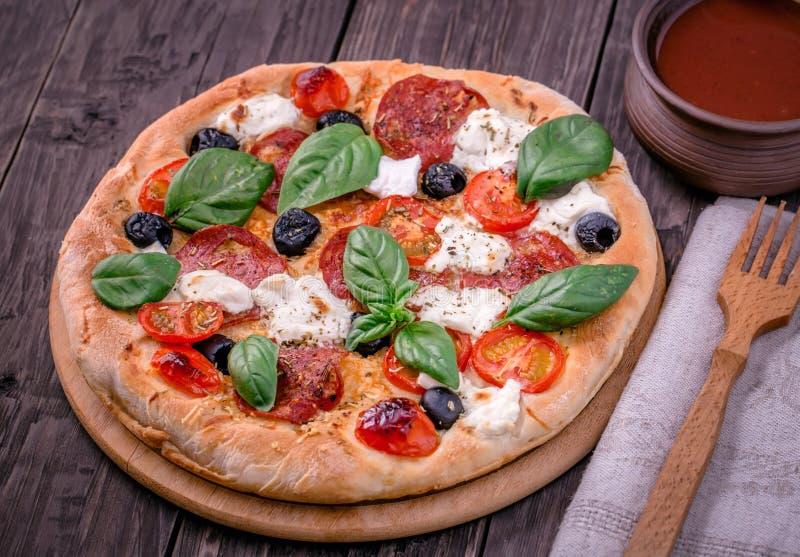 Verse pizza met salami en mozarellaplattelander royalty-vrije stock afbeelding