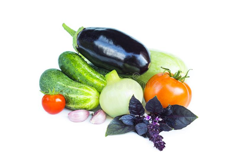 Verse product-groenten vegetables Aubergine, tomaten, ui, courgette, komkommer, knoflook, basilicum, de ingrediënten van het sala stock foto's