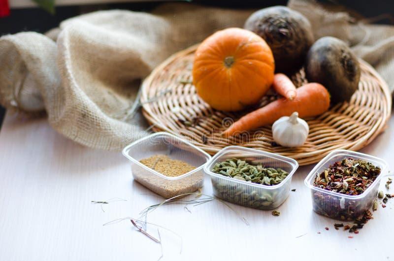 Verse product-groenten vegetables Wortelen, bieten, pompoen, ui, kruid op het rieten dienblad royalty-vrije stock afbeelding