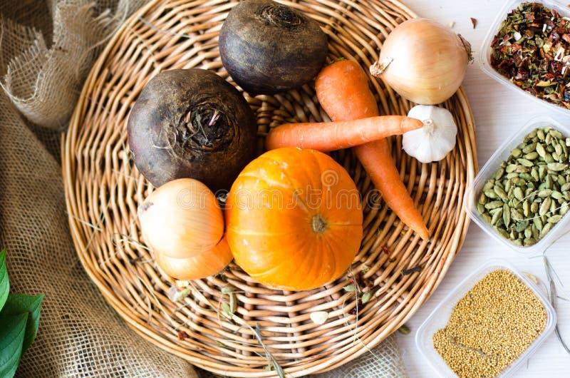 Verse product-groenten vegetables Wortelen, bieten, pompoen, ui, kruid op het rieten dienblad stock fotografie