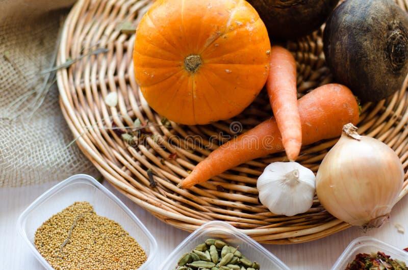 Verse product-groenten vegetables Wortelen, bieten, pompoen, ui, kruid op het rieten dienblad royalty-vrije stock foto